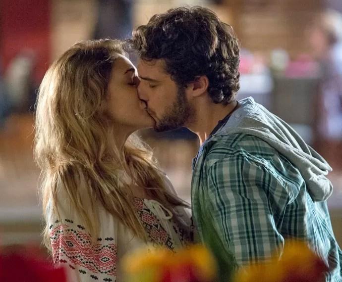 Pedro não resiste e beija Júlia (Foto: Fábio Rocha/Gshow)