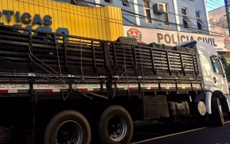 Droga estava escondida debaixo da carga do caminhão (Foto: Divulgação/DIG)