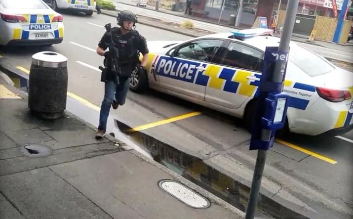 Policial chega em mesquita de Linwood, em Christchurch, na Nova Zelândia, após relatos de tiros nesta sexta-feira (15)  — Foto: Vídeo obtido pela Reuters