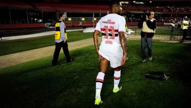 Breno lesão São Paulo x Goiás Campeonato Brasileiro 2015 (Foto: Marcos Ribolli)