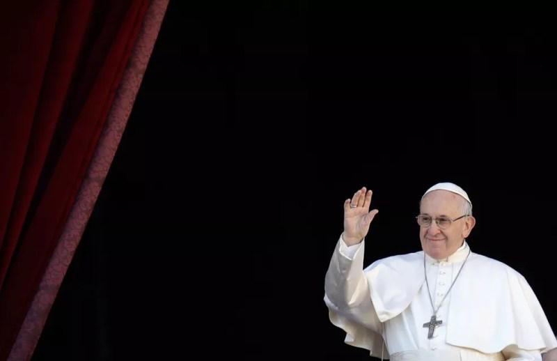 O Papa Francisco acena antes da leitura da mensagem e das orações de Natal na Basílica de São Pedro, no Vaticano, nesta terça (25) — Foto: Alessandra Tarantino/AP