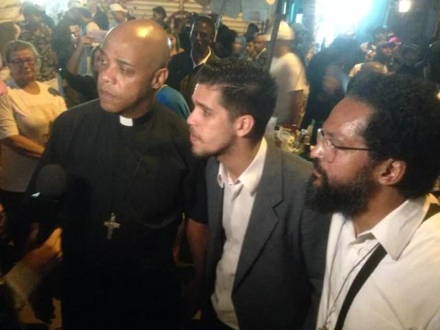 Padre Luciano Borges, pastor Igor e André Pereira, membro da Pastoral de Moradia da Igreja Católica participaram do baile  — Foto: Arquivo Pessoal