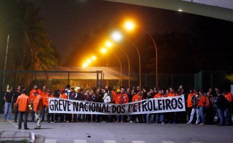 Greve de petroleiros na Refinaria Duque de Caxias (Reduc), na Baixada Fluminense (Foto: Marcos de Paula / Agencia O Globo )