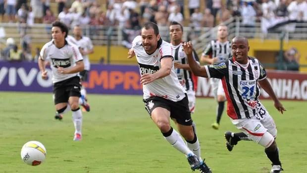 Danilo Corinthians x Paulista (Foto: Levi Bianco / Ag. Estado)