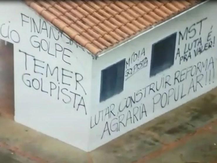 Fazenda foi pichada por grupo na invasão de maio do ano passado (Foto: Polícia Militar/Divulgação)