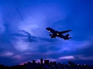 Avião decolando do aeroporto Santos Dumont (Foto: Paulo del Valle/Divulgação)