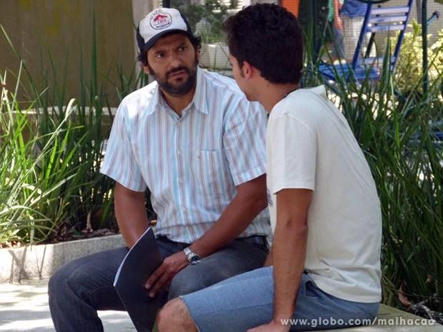 Hernandez fica preocupado com a possibilidade de se dar mal nas mãos de Caetano (Foto: Malhação / TV Globo)
