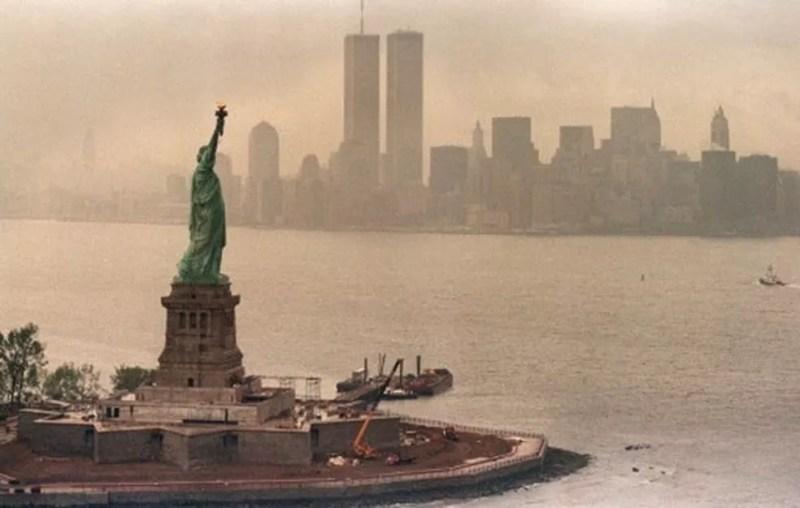 Vista de Manhattan, com a Estátua da Liberdade e as torres gêmeas do World Trade Center  — Foto: AFP