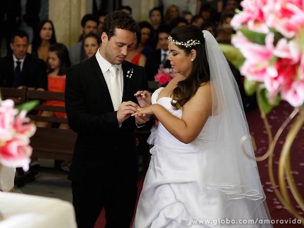 """Depois do """"sim"""", os noivos trocam as alianças em frente aos convidados (Foto: Pedro Curi / TV Globo)"""