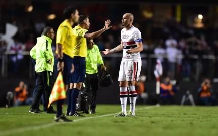 Maicon quando foi expulso contra o Atlético Nacional (Foto: Marcos Ribolli)