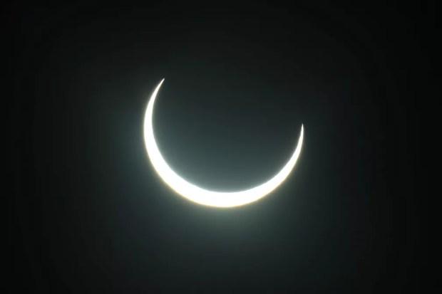 Lua passa entre o sol e a terra durante um eclipse solar anular em Abu Dhabi — Foto: REUTERS/Christopher Pike