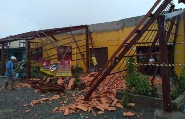 Varanda ficou destruída após o teto desabar — Foto: Carolina Sanches / TV Gazeta