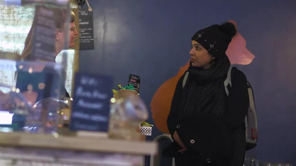 Selwa é a primeira mulher do Reino Unido a sair do hospital com um coração artificial fora do corpo (Foto: BBC)