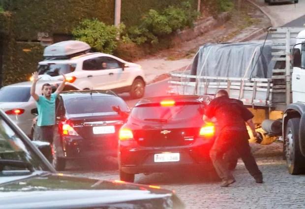 Seguranca de Justin Bieber chuta e fura o pneu de carro (Foto: AgNews / AgNews)