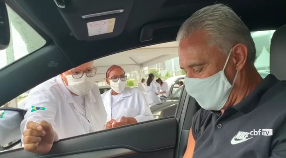 Técnico da Seleção,Tite recebe vacina no Rio de Janeiro — Foto: CBF TV