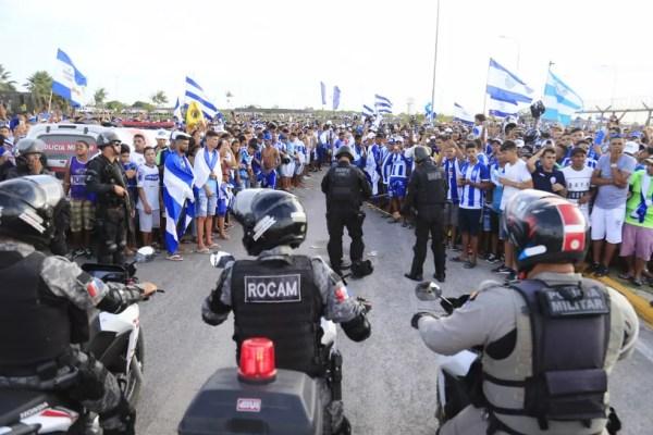 Torcedores lotam o estacionamento do aerporto — Foto: Ailton Cruz/Gazeta de Alagoas
