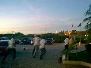 PMs correm para assembleia após reunião na sede da SSP-BA (Foto: Maiana Belo/G1)