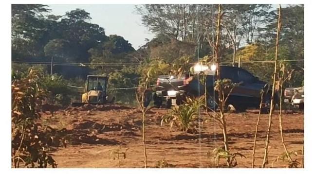 Pá-carregadeira faz escavação em propriedade rural do ex-vereador — Foto: PC-RO/Reprodução