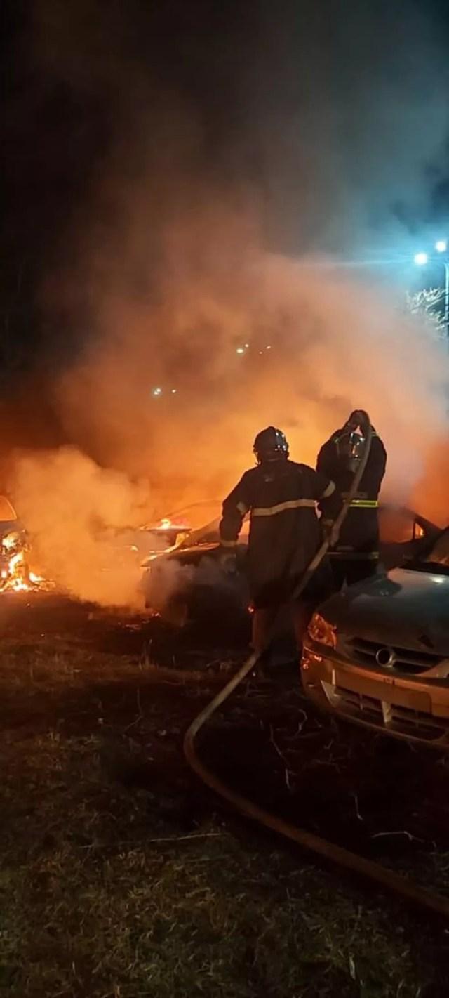 Incêndio destruiu 25 carros que estavam apreendidos no pátio da Secretaria de Mobilidade Urbana (Semob), em Cuiabá — Foto: Corpo de Bombeiros de Mato Grosso