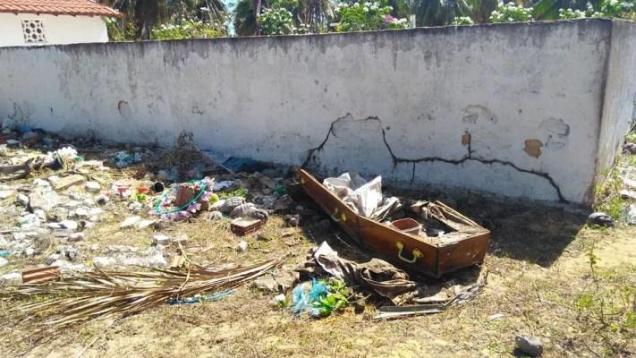 Caixão deixado ao lado do muro do cemitério de Punaú, em Rio do Fogo, RN (Foto: Marksuel Figueredo/Inter TV Cabugi)