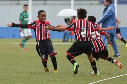 Pedrinho (à esq.) comemora o gol do título sub-11 do São Paulo — Foto: Igor Amorim/saopaulofc.net