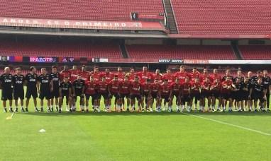 Jogadores e comissão técnica apresentam os novos uniformes de treino (Foto: Leandro Canônico)