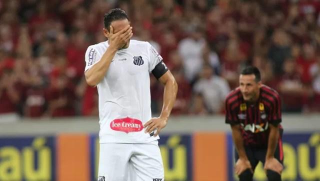 Ricardo Oliveira lamenta pênalti perdido contra o Atlético-PR, na Arena da Baixada (Foto: Giuliano Gomes/PR PRESS)