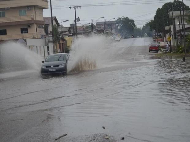 Formação de poças d'água dificultou tráfico de veículos (Foto: Dyepeson Martins/G1)