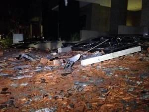 Danos no edifício-garagem ao lado do Shopping Praia de Belas (Foto: Bernardo Bortolotto/RBS TV)