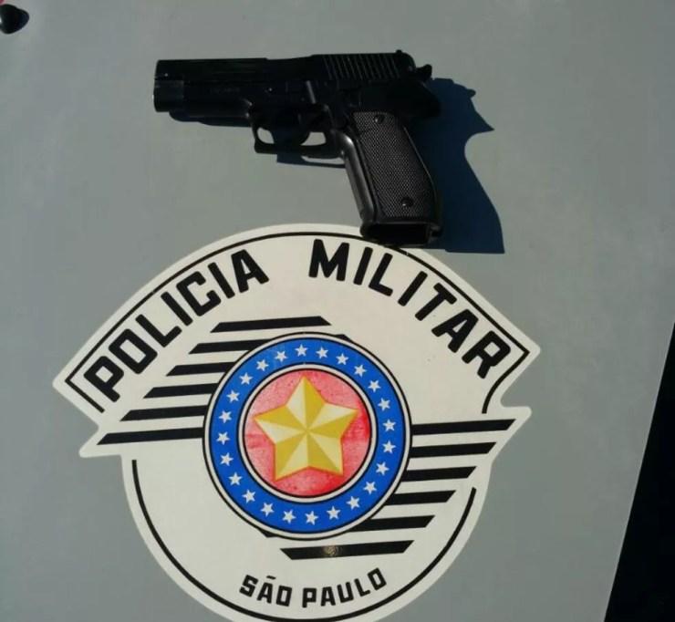 PM apreendeu réplica de pistola com um dos suspeitos no bairro Habiteto, em Sorocaba (Foto: Polícia Militar/Divulgação)