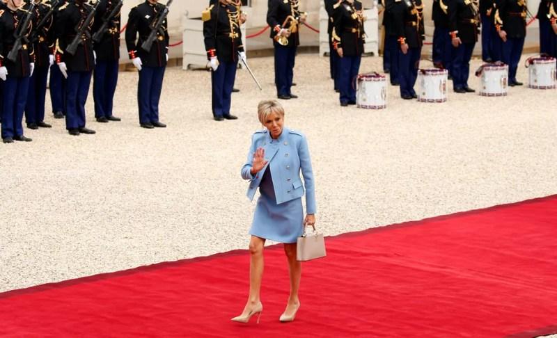 A primeira-dama Brigitte Trongneux chega à cerimônia de posse no Palácio do Eliseu minutos antes do marido (Foto: Gonzalo Fuentes/Reuters)
