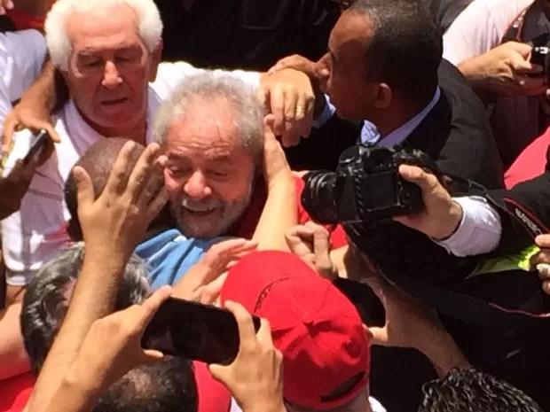 Lula deixa prédio para participar de ato com militantes no ABC (Foto: Carolina Dantas / G1)