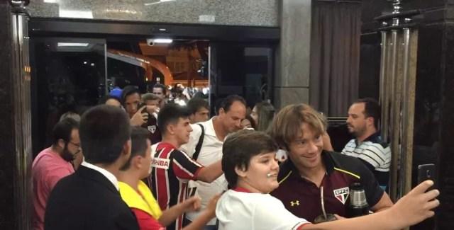 Ceni e Lugano tiram selfies com torcedores do São Paulo (Foto: Marcelo Hazan)