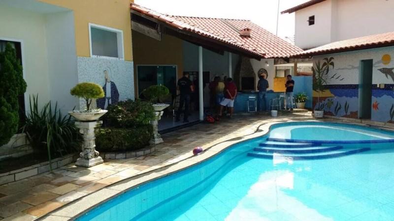 Irmãos foram presos em casa localizada em condomínio de luxo em João Pessoa (Foto: Lucas Sá/DDF João Pessoa)