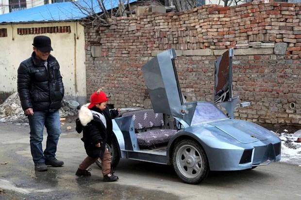 Guo e seu neto se preparam para entrar em Lamborghini de brinqueno em Zhengzhou, na China (Foto: China Daily/Reuters)
