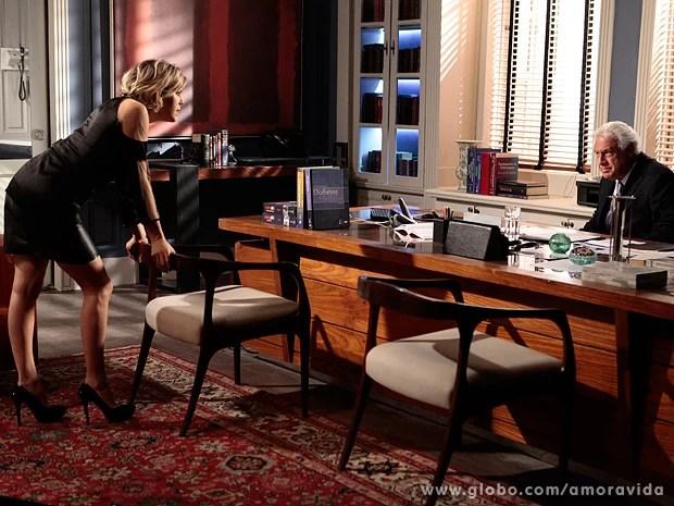 Edith faz revelação bombástica a César, que guarda o trunfo para si (Foto: Amor à Vida / TV Globo)