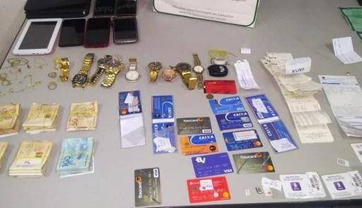 Entre os objetos apreendidos em Cidade Verde, estão vários cartões de crédito, R$ 12.500 em dinheiro, celulares e relógios  — Foto: Polícia Civil do RN/Divulgação