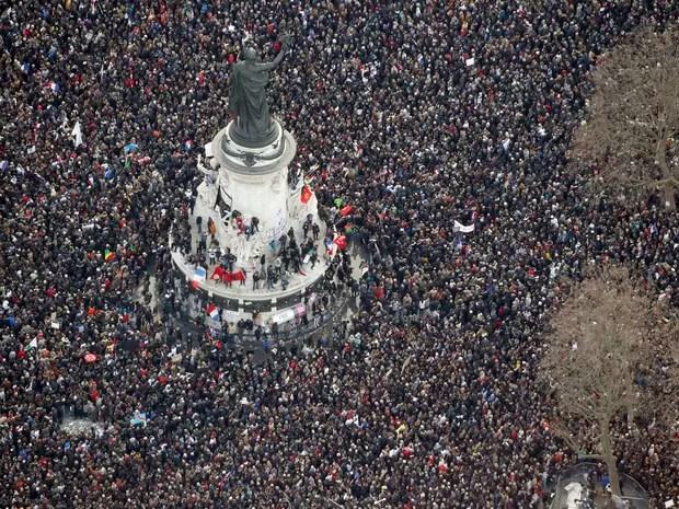 Manifestação nas ruas de Paris foi convocada em defesa da liberdade de expressão e contra o terrorismo (Foto: Kenzo Tribouillard)