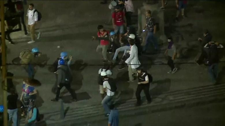 Ferido na manifestação no Centro do Rio é socorrido por voluntários (Foto: Imagens/ GloboNews)