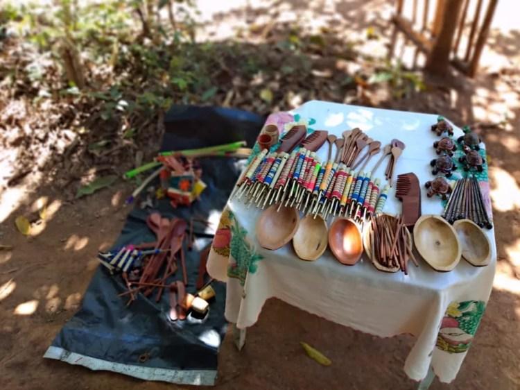 Única fonte de renda dos índios é o artesanato, vendido em feiras de Belo Horizonte — Foto: Paula Paiva Paulo