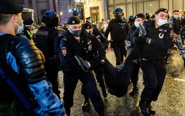 Policiais detêm participante de protesto contra a reforma que permitirá ao presidente Vladimir Putin concorrer a mais dois mandatos, em Moscou, em julho de 2020 — Foto: Dimitar Dilkoff/AFP