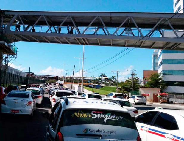 Concentração de veículos deixou trânsito congestionado na manhã desta segunda-feira (Foto: Divulgação/Sinditáxi)