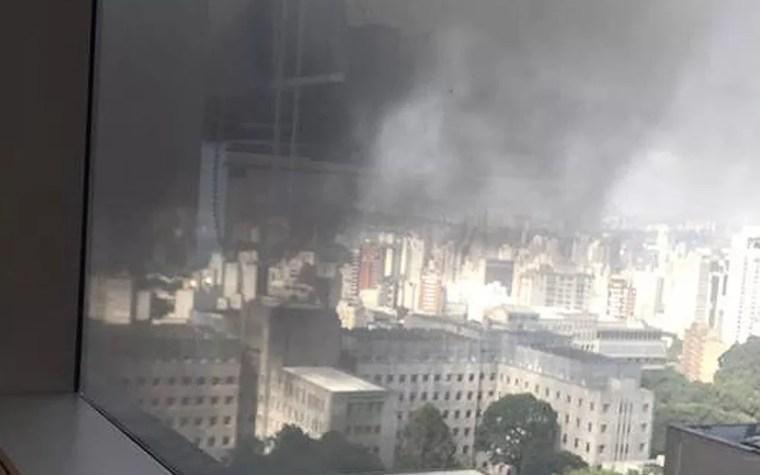Fumaça sobre prédio do Incor na manhã desta sexta-feira (18) — Foto: Carolina Salema/Arquivo pessoal