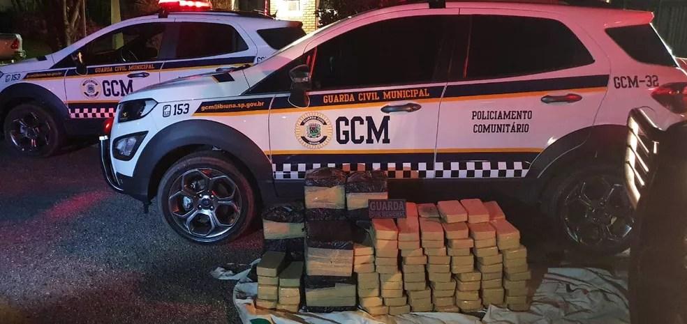 GCM de Ibiúna encontra 300 kg de pasta base de cocaína em helicóptero que caiu em região de mata — Foto: GCM/Divulgação