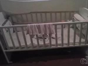 Berço de onde pai alegou que criança caiu, segundo a polícia (Foto: Reprodução/TV Anhanguera)