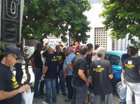 Policiais civis estão concentrado na frente da sede do sindicato, em Santo Amaro, no Recife (Foto: Aldo Carneiro/Pernambuco Press)