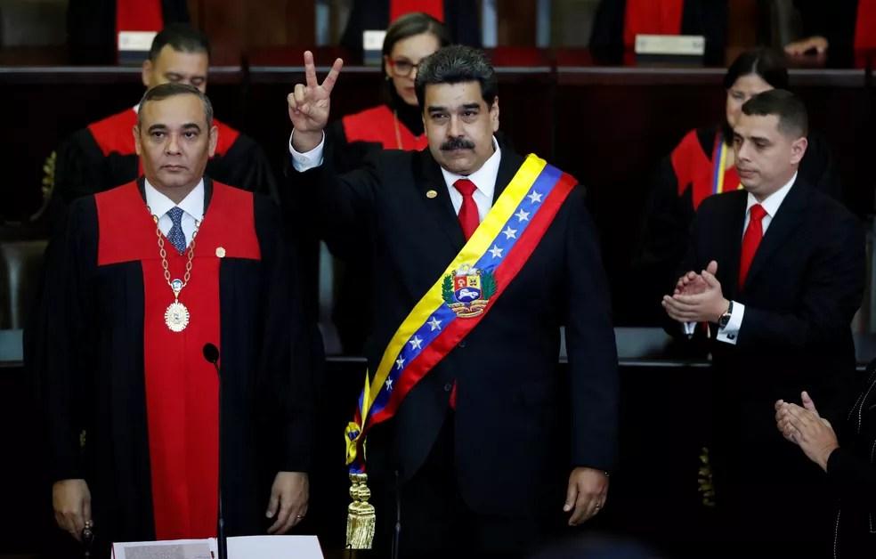 Nicolás Maduro recebe faixa presidencial durante cerimônia de posse como presidente da Venezuela — Foto: Carlos Garcia Rawlins/Reuters