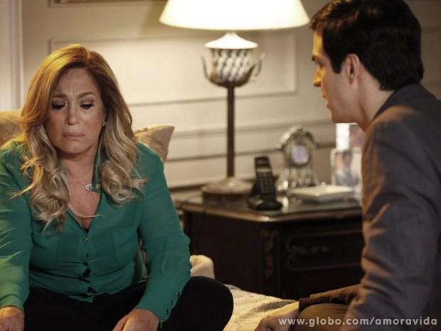 Félix tenta dar uma animada na mãe, mas ela pede para que ele a deixe... (Foto: Amor à Vida/TV Globo)
