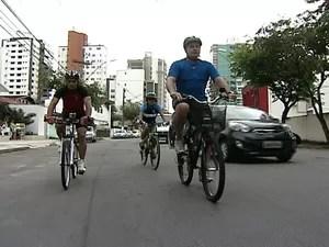 Prefeito Luciano Rezende, de bicicleta, avaliou condições das ruas (Foto: Reprodução/TV Gazeta)