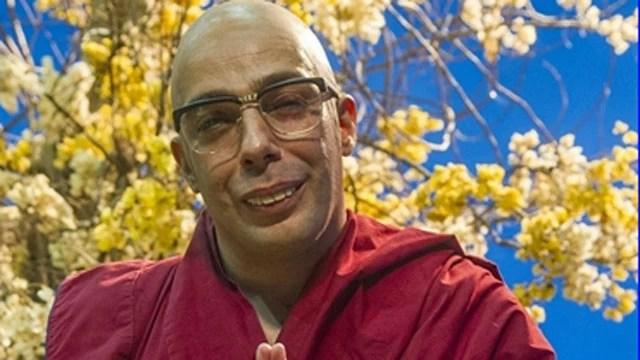 Marcelo Médici interpreta um contido Dalai Lama